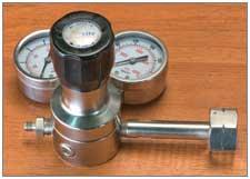 Single stage gas pressure regulator